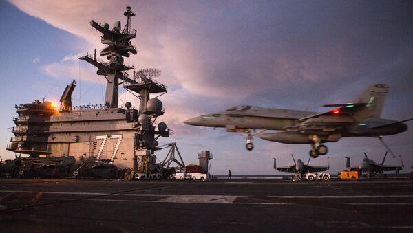Un caza F/A-18 Super Hornet aterriza sobre el USS George H.W. - Sputnik Mundo