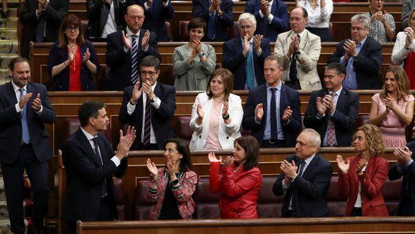 Pedro Sánchez, secretario general del PSOE, rodeado de su partido - Sputnik Mundo