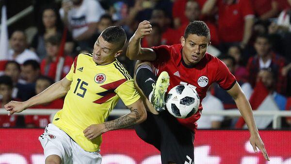 Futbolistas Mateus Uribe (Colombia) y Saad Samir (Egipto) - Sputnik Mundo