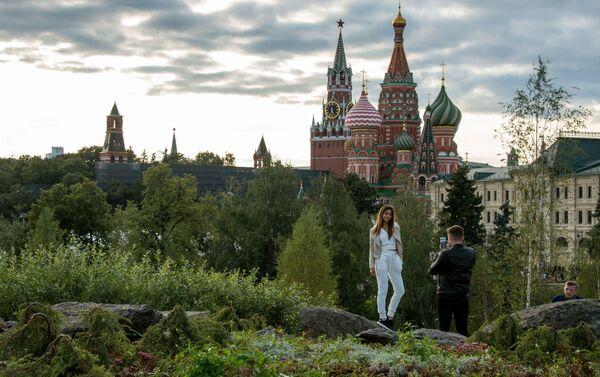 Los visitantes en el parque Zariadie - Sputnik Mundo