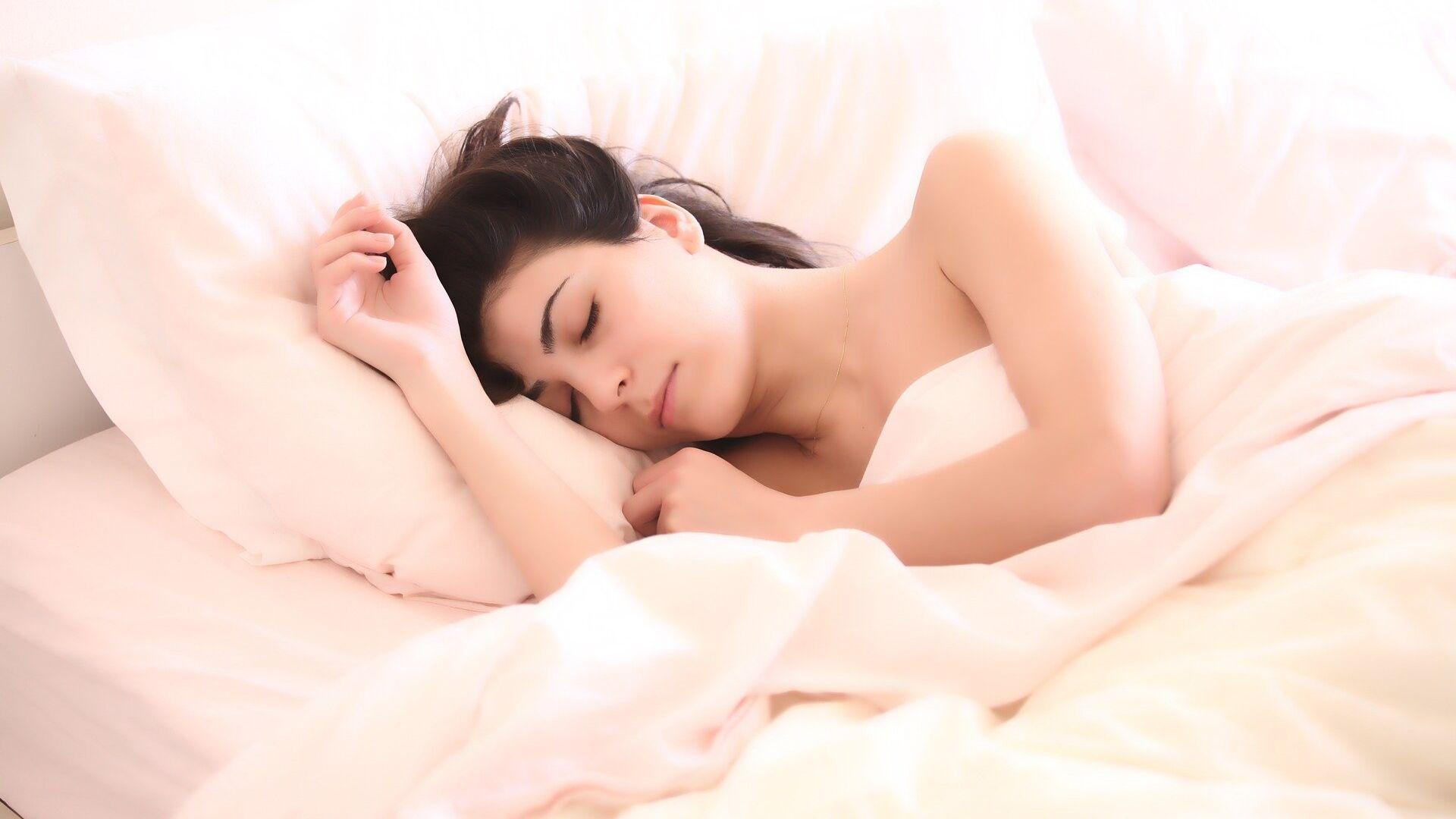 Una mujer está durmiendo en la cama  - Sputnik Mundo, 1920, 14.03.2021