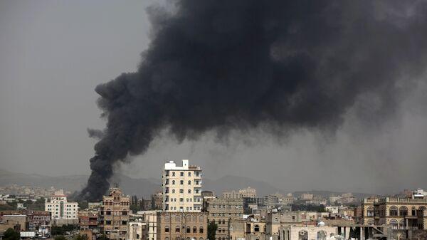 Smoke rises after Saudi-led airstrikes hit a food factory in Sanaa, Yemen. (File)   - Sputnik Mundo