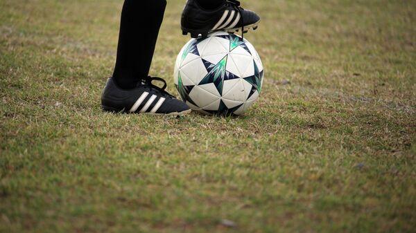 Una pelota de fútbol - Sputnik Mundo