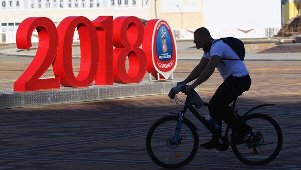 Hombre en bicicleta con el logo del Mundial de fútbol Rusia 2018 - Sputnik Mundo