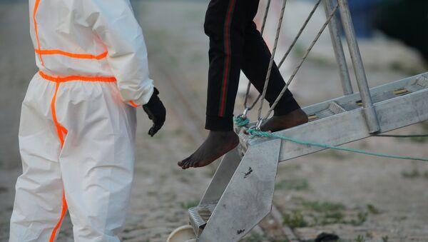 Un migrante sale del barco de rescate (imagen referencial) - Sputnik Mundo