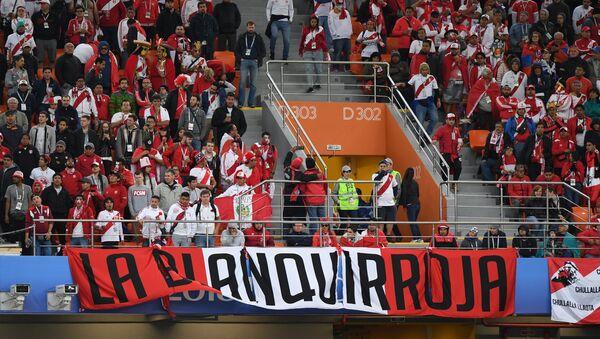 Hinchas peruanos durante el partido entre Francia y Perú - Sputnik Mundo