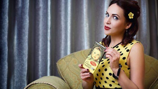Una chica con chocolate ruso ´Alionka´ - Sputnik Mundo