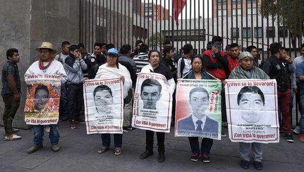 Familiares de los 43 estudiantes desaparecidos en Ayotzinapa - Sputnik Mundo