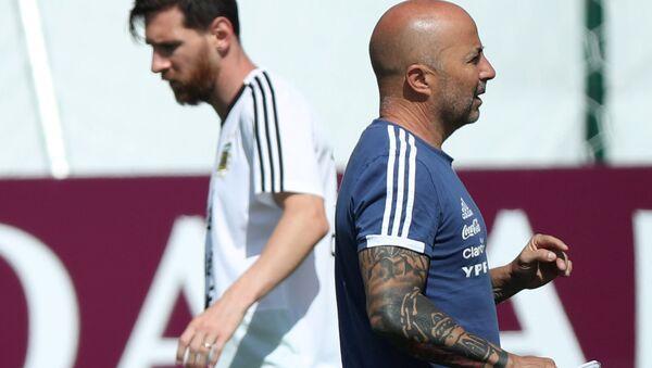 El delantero argentino, Lionel Messi, y el entrenador de la selección de Argentina, Jorge Sampaoli - Sputnik Mundo
