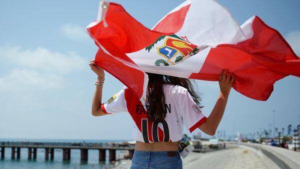 Una hincha con la bandera de Perú - Sputnik Mundo