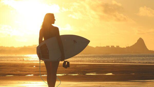 Una chica con una tabla de surf (imagen referencial) - Sputnik Mundo