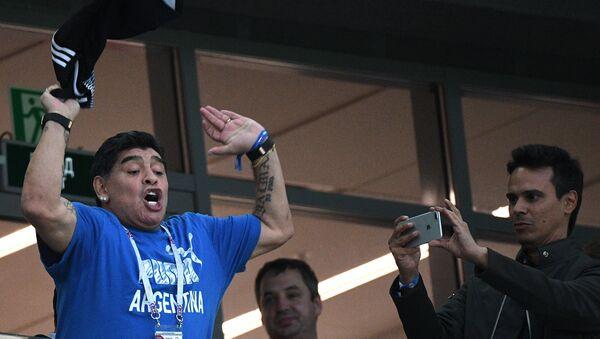 Exfutbolista argentino Diego Maradona mirando el partido Argentina-Nigeria el 26 de junio 2018 en la ciudad rusa Rostov-del-Don - Sputnik Mundo