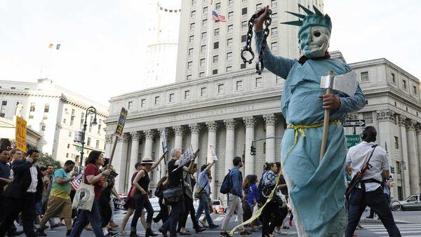 La gente protesta contra las políticas de inmigración del presidente de EEUU, Donald Trump, en la ciudad de Nueva York - Sputnik Mundo