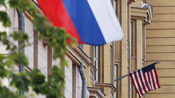 Banderas de EEUU y de Rusia en las proximidades de la Embajada de EEUU en Moscú. - Sputnik Mundo