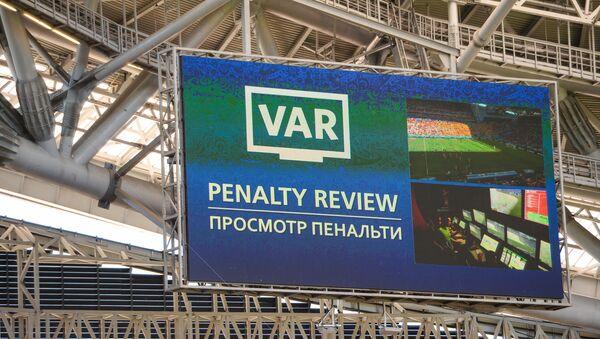 Una pantalla del VAR en Rusia 2018 - Sputnik Mundo