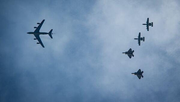 Dos A-10 y dos F-22 estadounidenses vuelan detrás de un KC-135 durante una maniobras de la OTAN en Estonia en 2015 - Sputnik Mundo