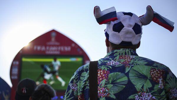 Un hincha, viendo el partido en fan zone - Sputnik Mundo