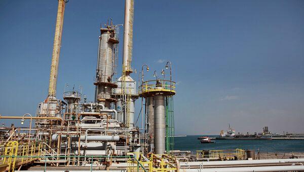 Refinería de petróleo en Libia (archivo) - Sputnik Mundo