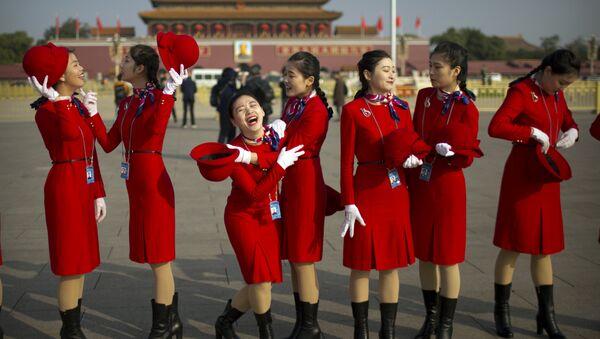 Jóvenes chinas en la plaza Tiananmén, Pekín, China (archivo) - Sputnik Mundo
