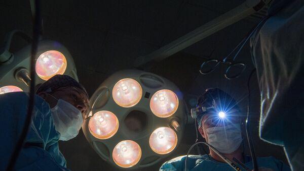 Cirujanos (imágen referencial) - Sputnik Mundo