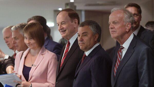Los senadores Richard Shelby (izda.) y Jerry Moran (dcha.), junto con el presidente de la Duma de Estado, Viacheslav Volodin - Sputnik Mundo