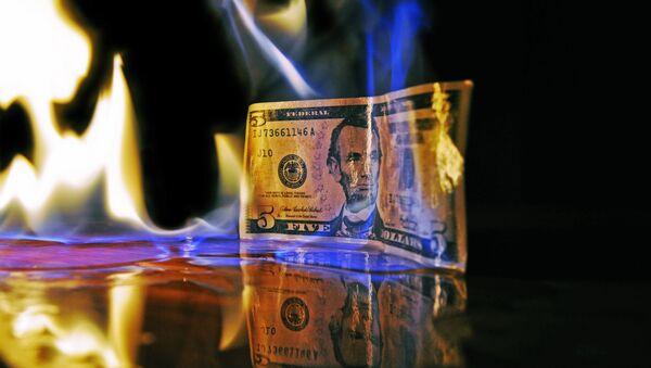 Un billete de dólar estadounidense en llamas - Sputnik Mundo