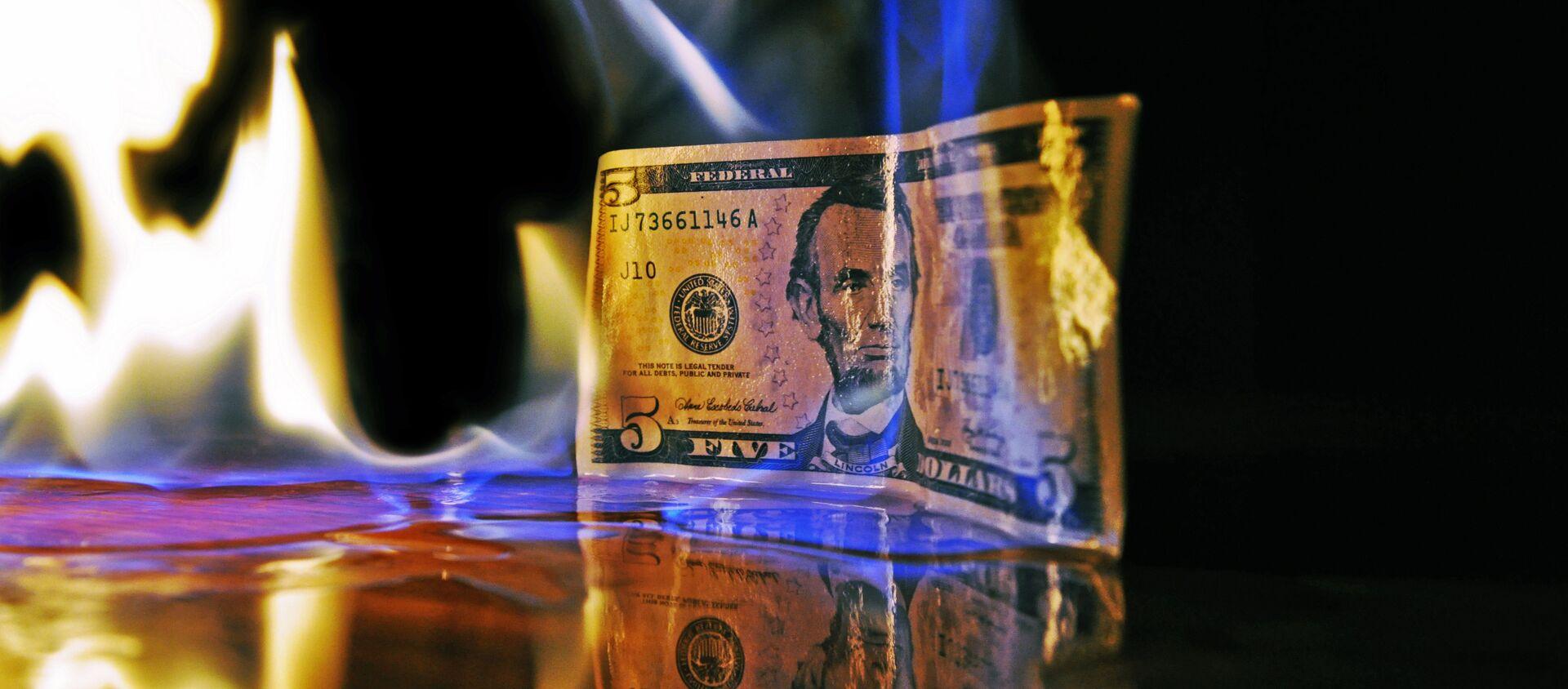 Un billete de dólar estadounidense en llamas - Sputnik Mundo, 1920, 20.01.2021