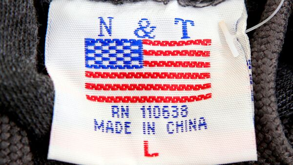 Una etiqueta con la bandera de EEUU y la frase 'Hecho en China' (imagen referencial) - Sputnik Mundo