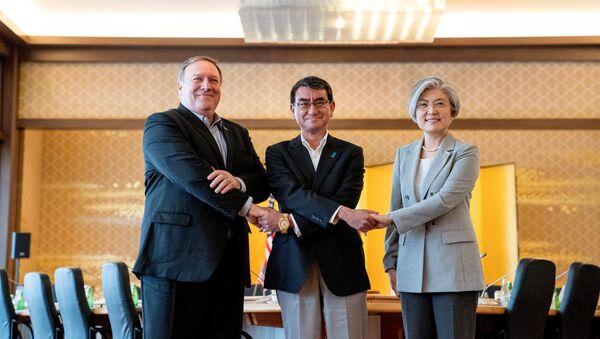 Secretario de Estado de EEUU, Mike Pompeo, ministro japonés de Exteriores, Taro Kono, y la canciller surcoreana, Kang Kyung-wha - Sputnik Mundo