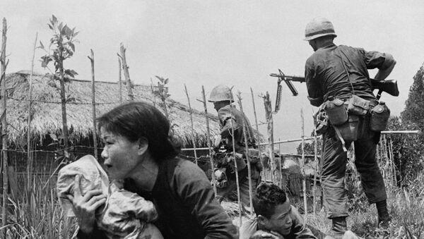 Los marines de EEUU atacan la aldea de My Son, cerca de Da Nang, en abril de 1965 - Sputnik Mundo