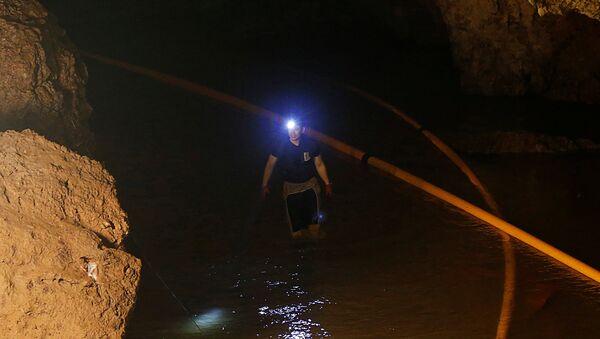 Un buzo en la cueva Tham Luang, Tailandia - Sputnik Mundo