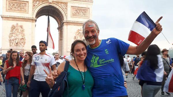 La uruguaya Noelia Guilmard junto a su padre en el arco del triunfo celebrando la victoria de Francia - Sputnik Mundo
