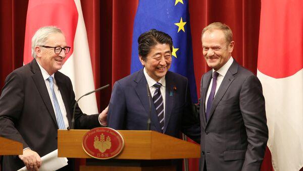 El presidente de la Comisión Europea, Jean-Claude Juncker, el primer ministro de Japón Shinzo Abe y el presidente del Consejo Europeo, Donald Tusk - Sputnik Mundo