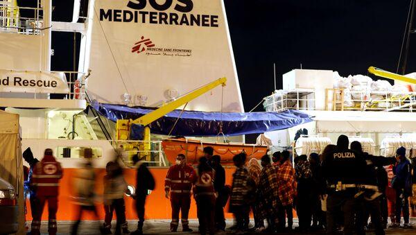 Migrantes desembarcan en Sicilia, Italia (archivo) - Sputnik Mundo