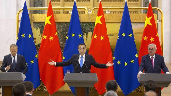 El presidente del Consejo Europeo Donald Tusk, el primer ministro chino Li Keqiang y el presidente de la Comisión Europea Jean-Claude Juncker durante celebración de la cumbre entre China y la UE - Sputnik Mundo