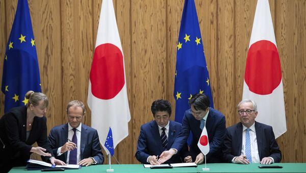 El presidente del Consejo Europeo Donald Tusk, el primer ministro de Japón Shinzo Abe y el presidente de la Comisión Europea Jean-Claude Junker firman un acuerdo en Tokio - Sputnik Mundo