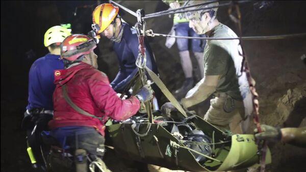 Los buzos rescatan a un niño de la cueva en Tailandia - Sputnik Mundo