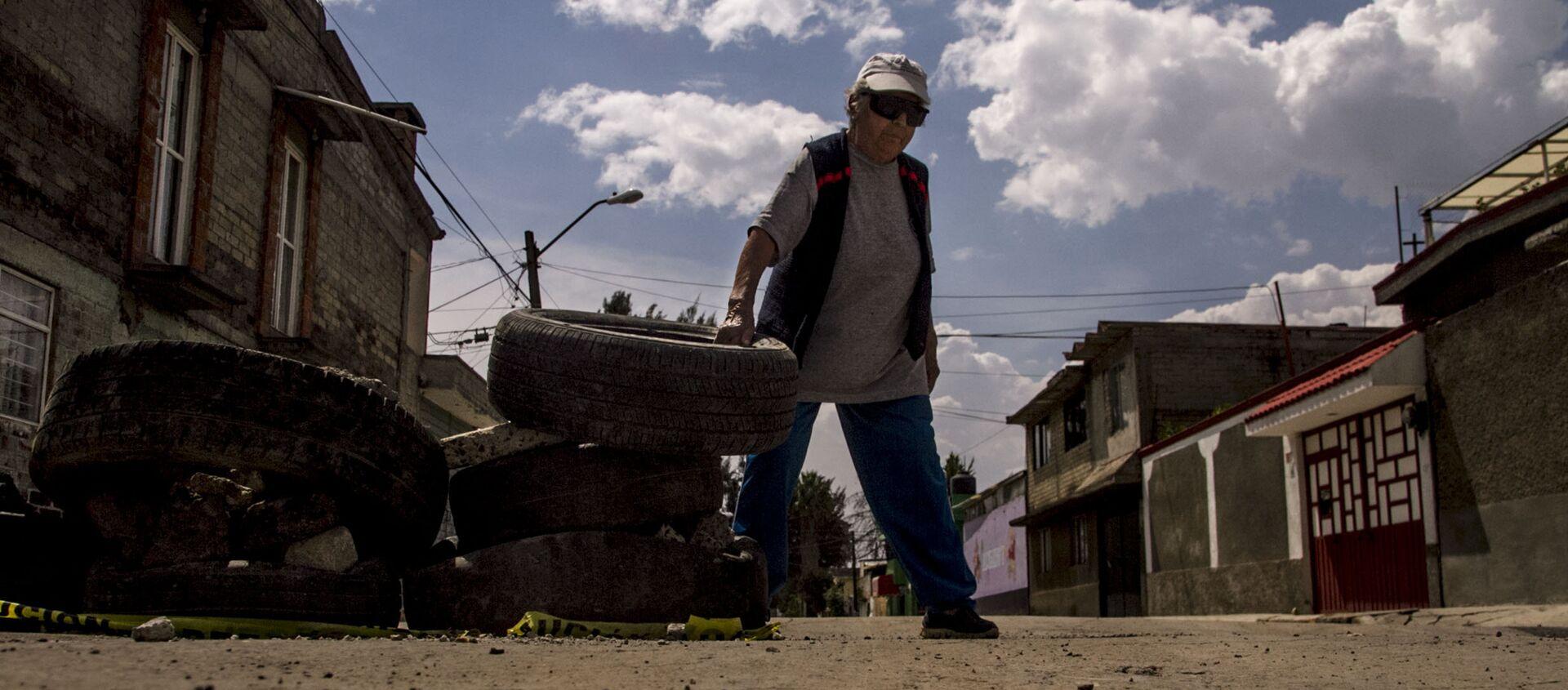 Esperanza coloca neumáticos en las calles dañadas de la Colonia del Mar tras el sismo del 19 de septiembre de 2017. - Sputnik Mundo, 1920, 19.07.2018