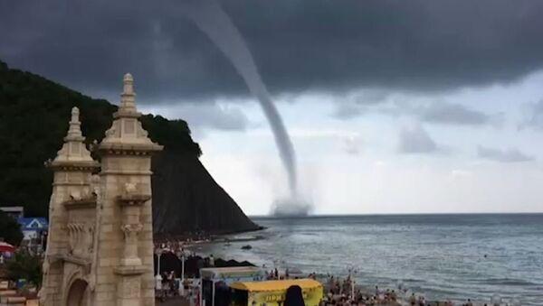 Un tornado terrorífico se acerca a una playa en Rusia - Sputnik Mundo