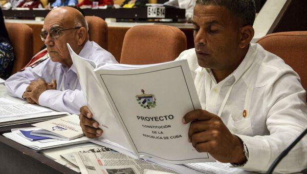 Diputado de la Asamblea Nacional de Cuba lee el nuevo proyecto de Constitución - Sputnik Mundo