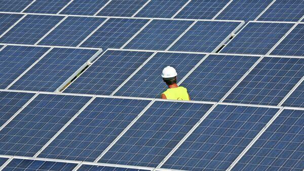 Estación eléctrica con paneles solares, imagen referencial - Sputnik Mundo