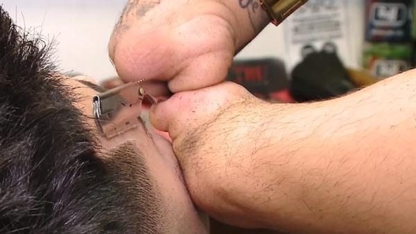 La inspiradora historia de un barbero argentino sin manos - Sputnik Mundo