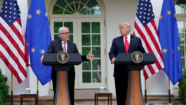 El presidente de la Comisión Europea, Jean-Claude Juncker, junto al presidente de EEUU, Donald Trump - Sputnik Mundo