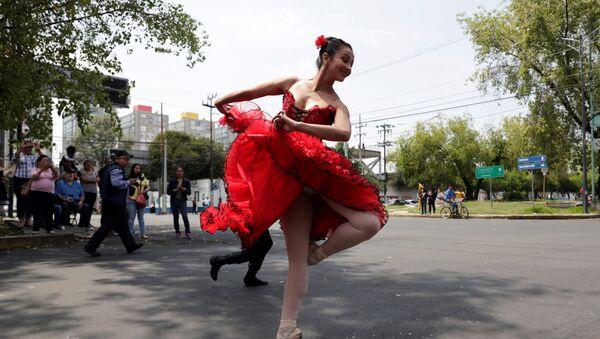 Los bailarines de la Compañía de Danza Ardentía, de Ciudad de México, deleitan a los transeúntes de las calles capitalinas con inesperadas cortas presentaciones de ballet en los semáforos - Sputnik Mundo
