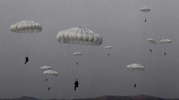 Paracaidistas militares rusos (imagen referencial) - Sputnik Mundo