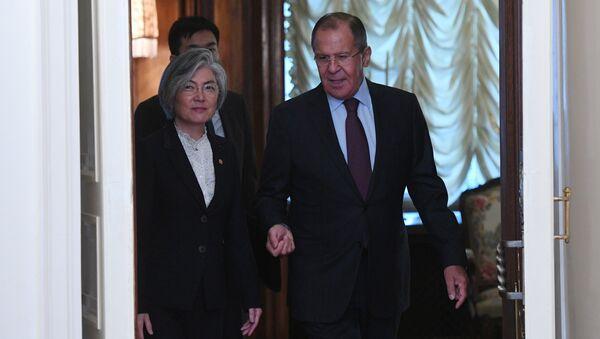 La ministra de Asuntos Exteriores de Corea del Sur, Kang Kyung-wha, y el canciller ruso, Serguéi Lavrov - Sputnik Mundo