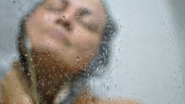 Una mujer en la ducha - Sputnik Mundo