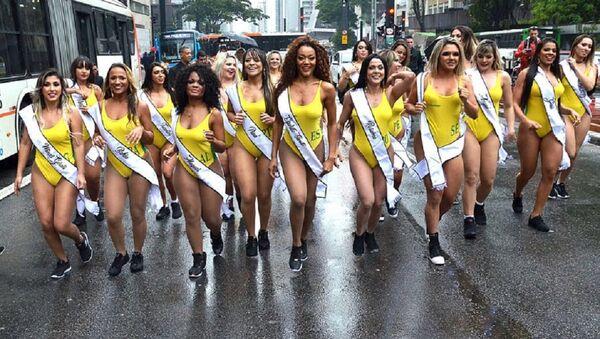 Las candidatas a Miss BumBum 2018 corren por la principal avenida de Sao Paulo - Sputnik Mundo
