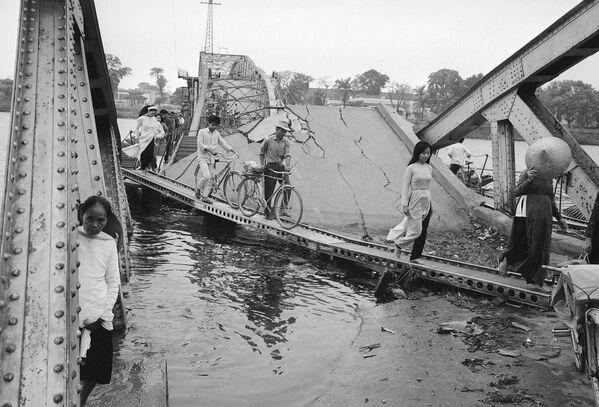 Durante la Guerra de Vietnam (1955-1975) la ciudad que más daños sufrió fue la antigua capital Hue. En la foto: los ciudadanos locales cruzan el puente de la ciudad buscando refugio. - Sputnik Mundo