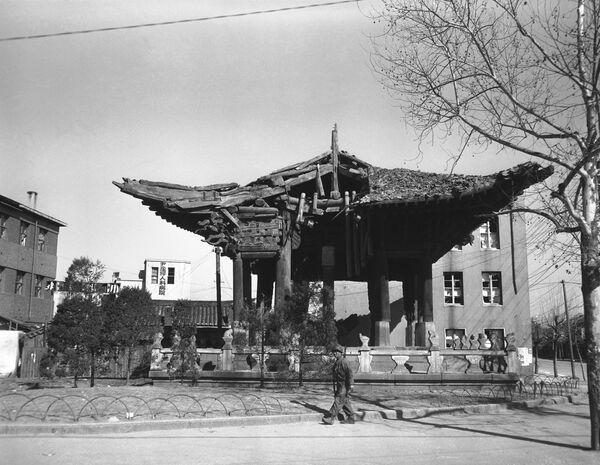 Gran parte de la capital de la actual Corea del Sur fue destruida durante la Guerra de Corea (1950-1953). En la foto: un soldado cerca de un templo en el centro de Seul, marzo de 1951. - Sputnik Mundo